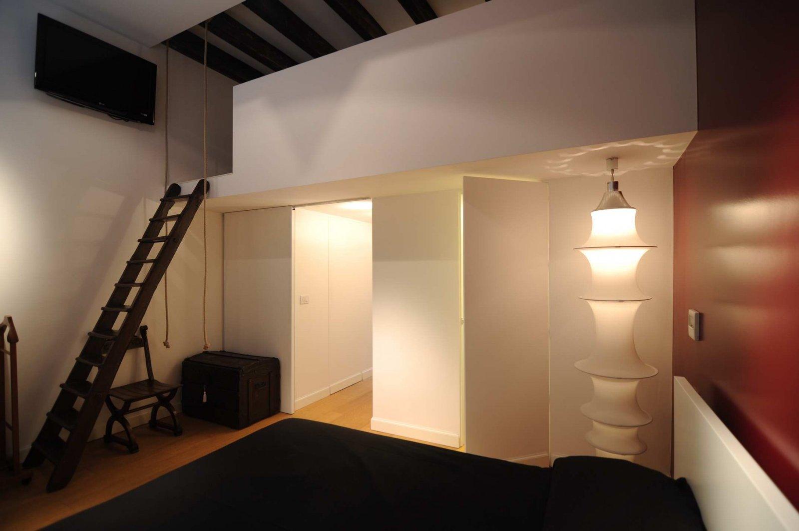 Cabina armadio con porta nascosta rasoparete