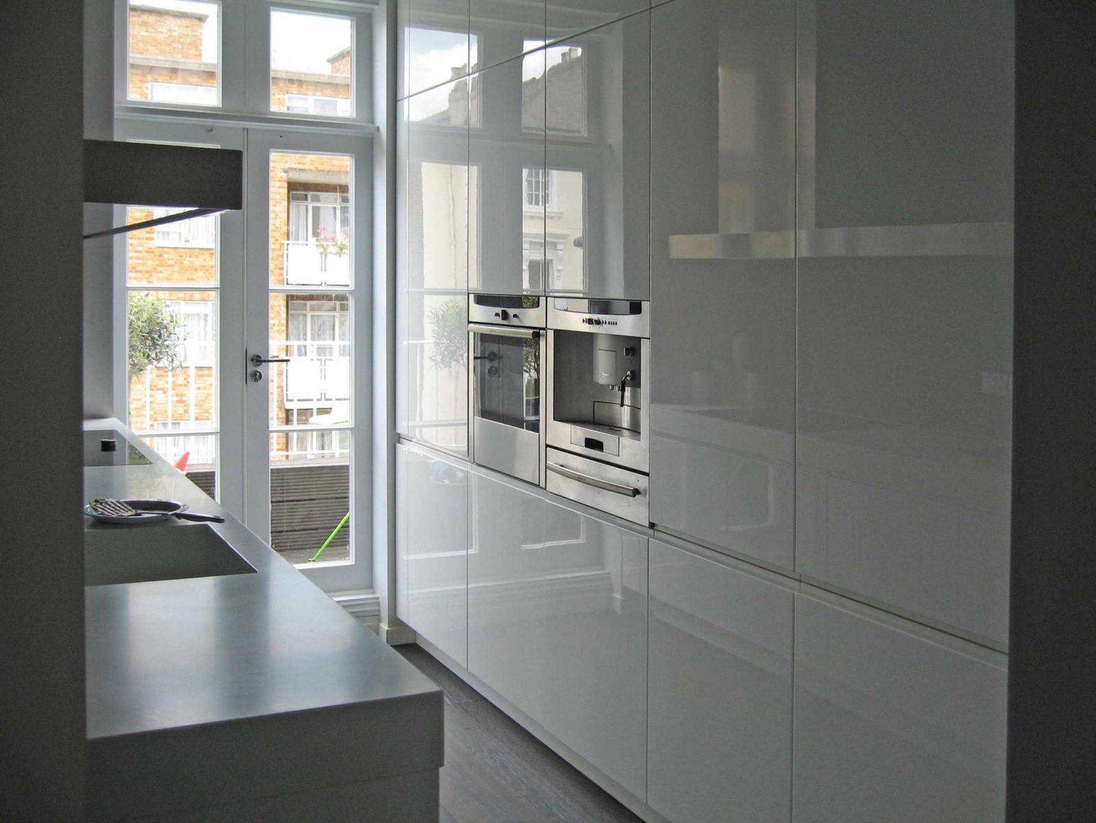 Le colonne laccate a poliestere bianco lucido poste affianco alla caratteristica porta finestra riflettono lucenze e colori.