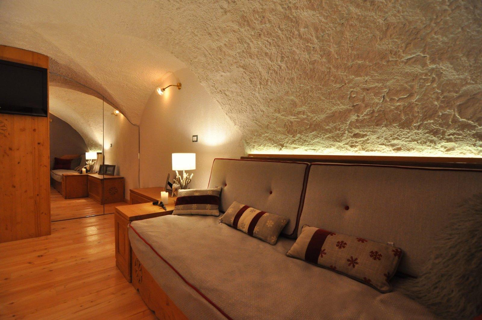 delle luci led dietro gli schienali dei divani aggiungono valore alle volte del soffitto
