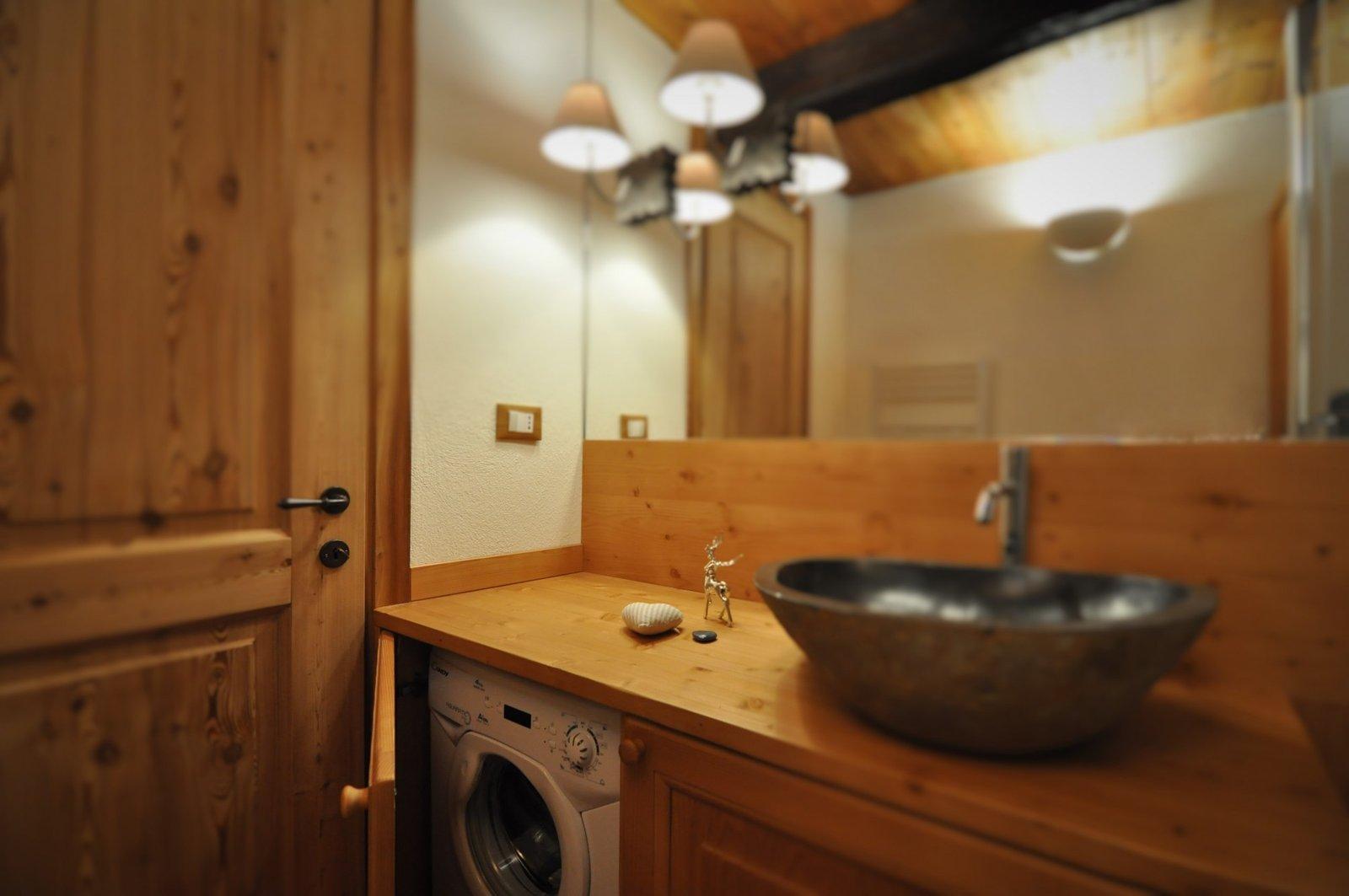 arredi su misura consentono di nascondere la lavabiancheria in uno dei due bagni